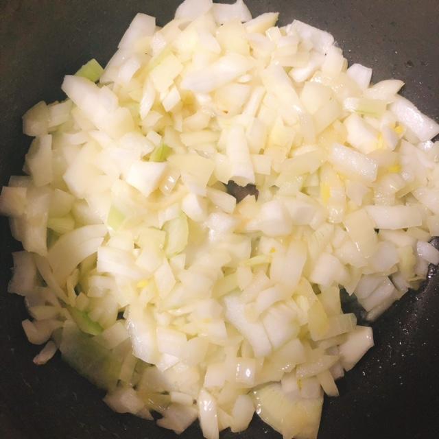 玉ねぎのみじん切りをオリーブオイルで炒める