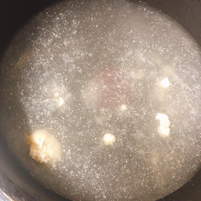 お鍋に鶏ガラスープを入れる