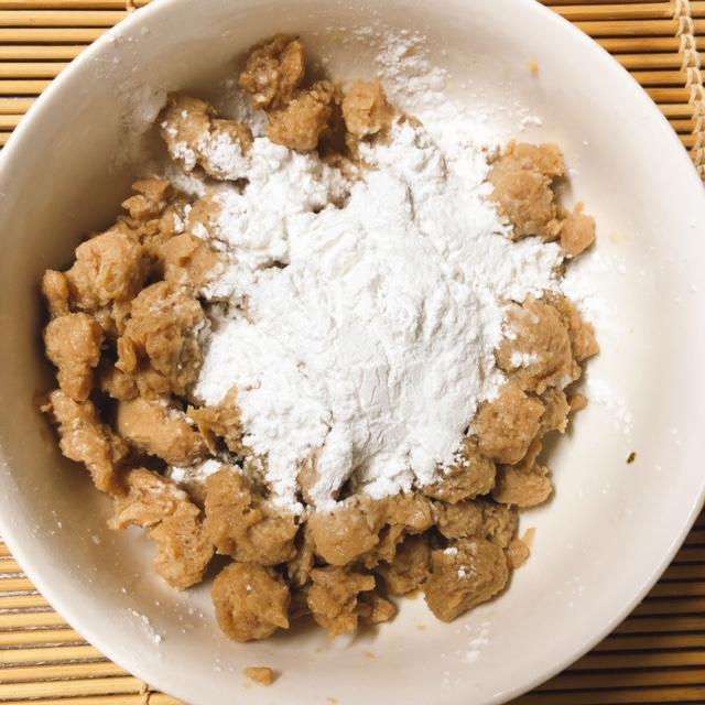 米粉と片栗粉をまぶす
