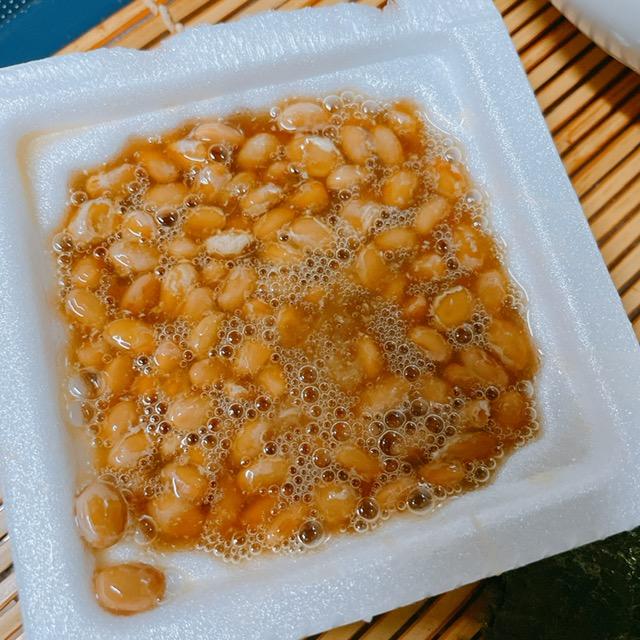 納豆に付属のタレと麺つゆを入れ混ぜる
