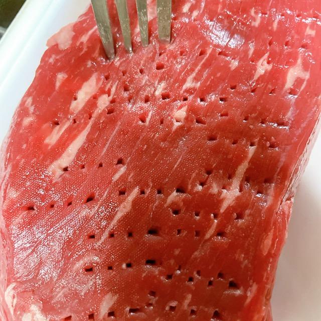 お肉をフォークで穴を開ける