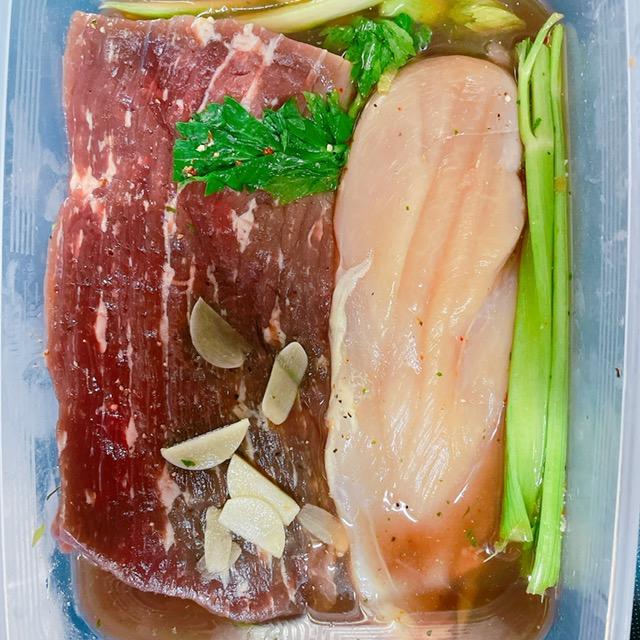 1週間ほど冷蔵庫に入れる。 3・4日経ったらお肉を反対に両面漬かるようにする。