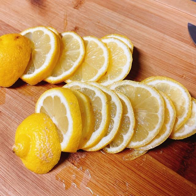 レモンをスライスする