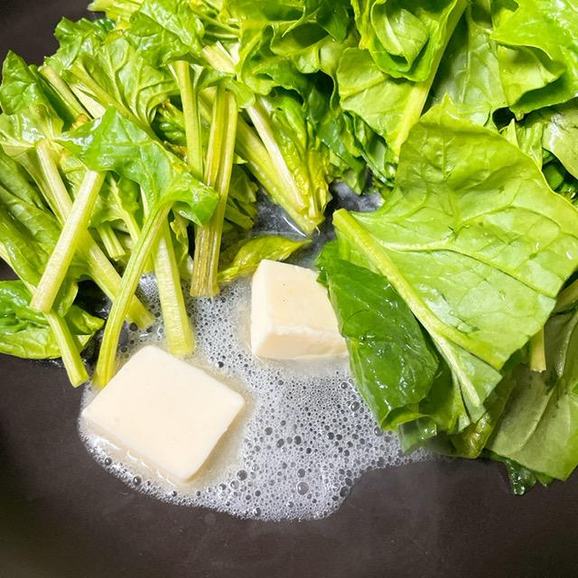 バターでほうれん草を炒める